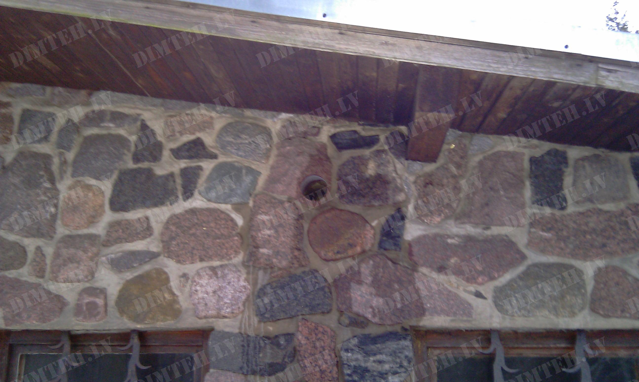Caurumu urbšana granīta sienā
